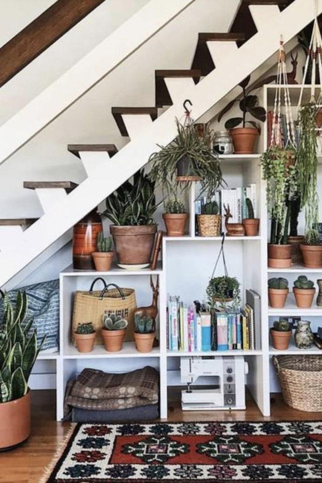 où gagner place chez soi aménagement sous escaliers décoration plantes et étagères