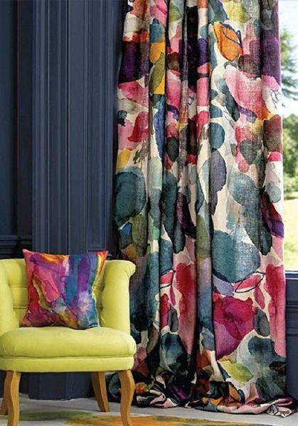 rideaux a motif fleur mur bleu marine sombre rideaux à fleurs abstraites couleur