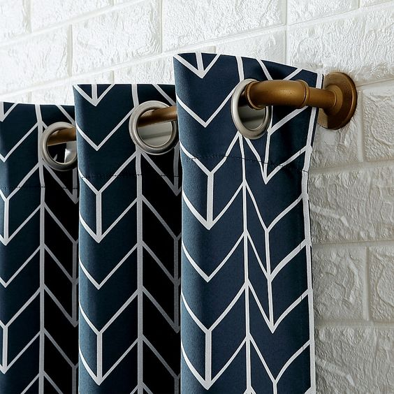 rideaux a motif geometrique bleu marine bleu pétrole et blanc