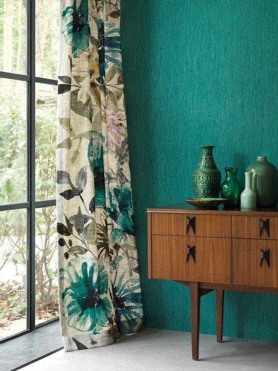 rideaux a motif vegetal tropical sur mur vert meuble bois mid century