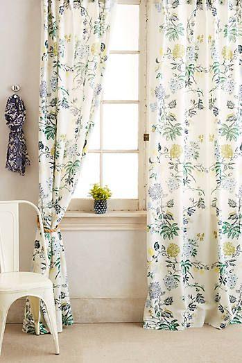 rideaux a motif vegetal tropical fond clair et petite plante