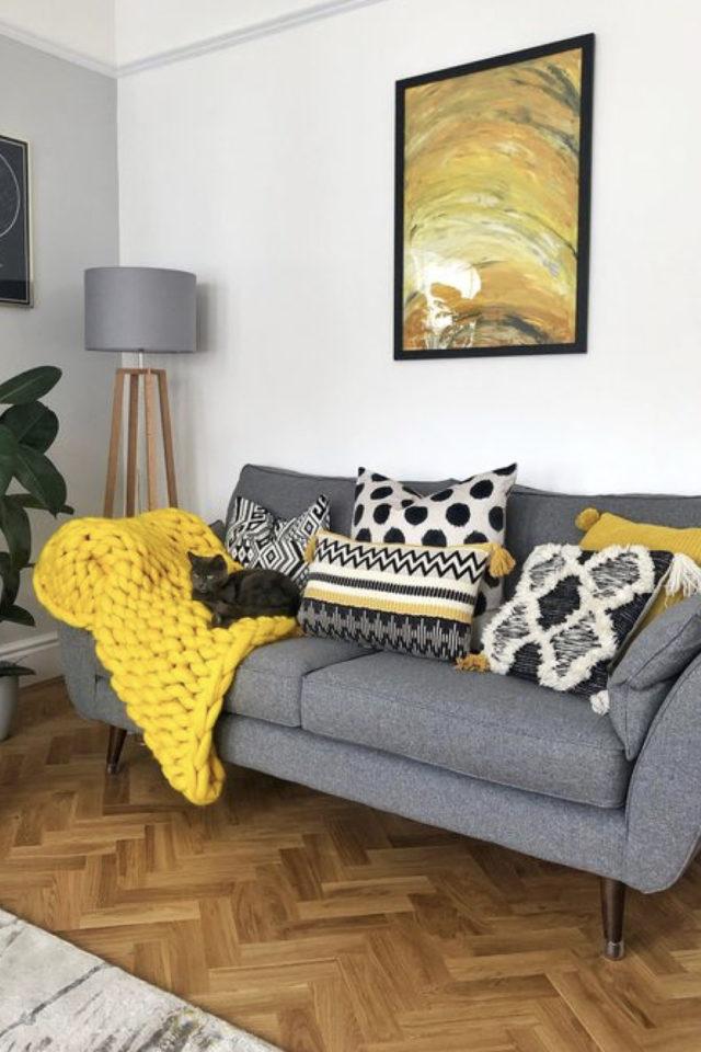 salon deco gris et jaune 2021 coussin et plaid moderne