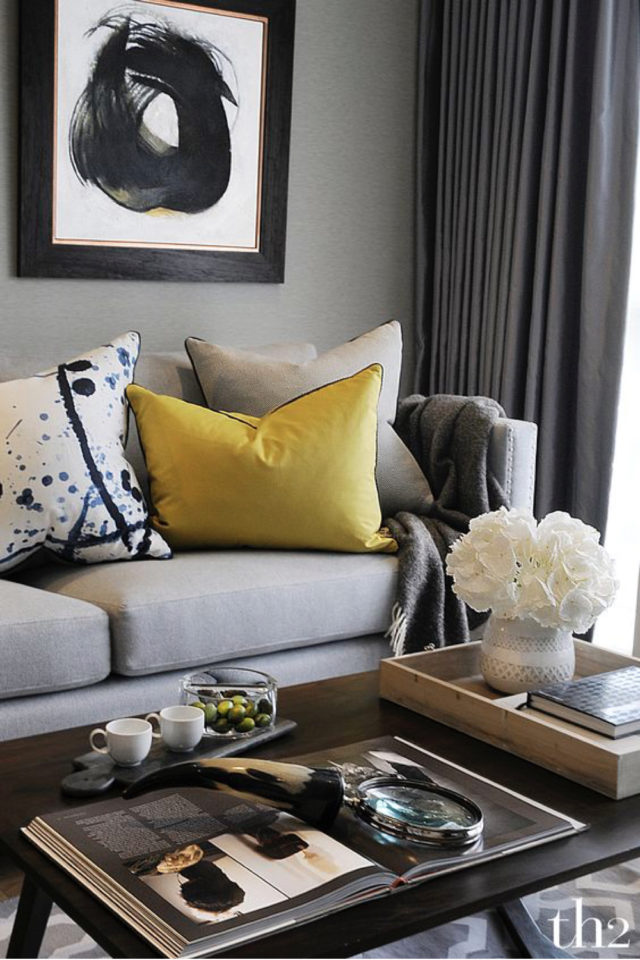 salon deco gris et jaune 2021 mise en avant canapé coussin jaune
