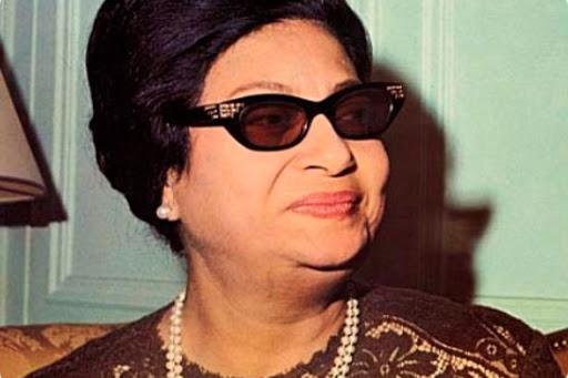 star egyptienne oum kalthoum lunettes noires et élégance