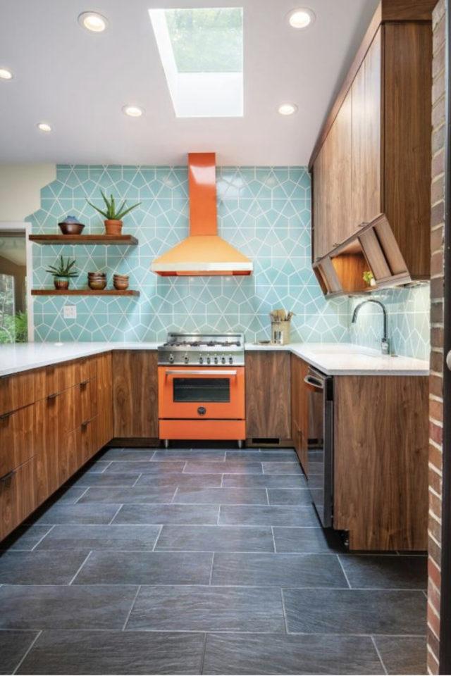 style mid century decoration couleur cuisine mobilier bois carrelage bleu hotte et gazinière orange