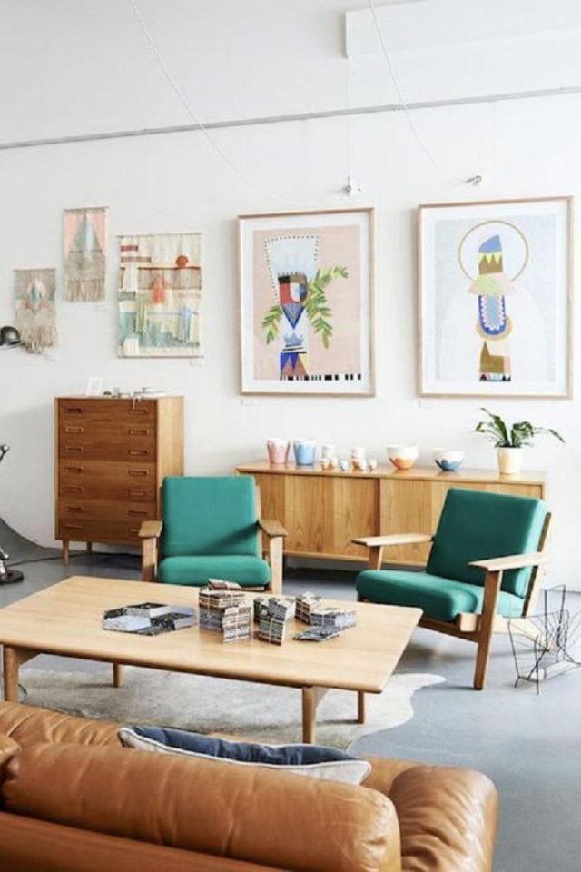 style mid century decoration couleur vert fauteuil rétro vintage années 50 enfilade et mur blancs