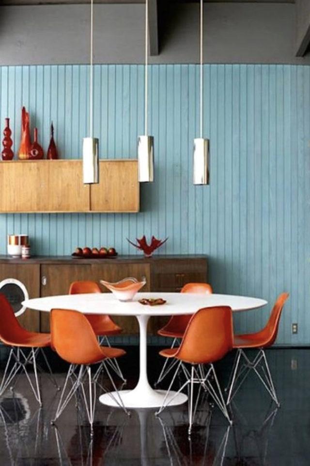 style mid century decoration couleur orange et bleu bois séjour cuisine salle à manger table ronde style rétro vintage