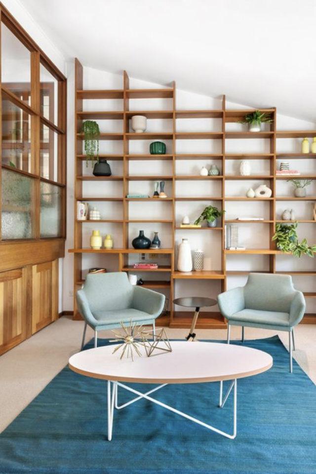 style mid century decoration couleur salon séjour vintage rétro bois blanc fauteuil bleu et tapis grande bibliothèque murale