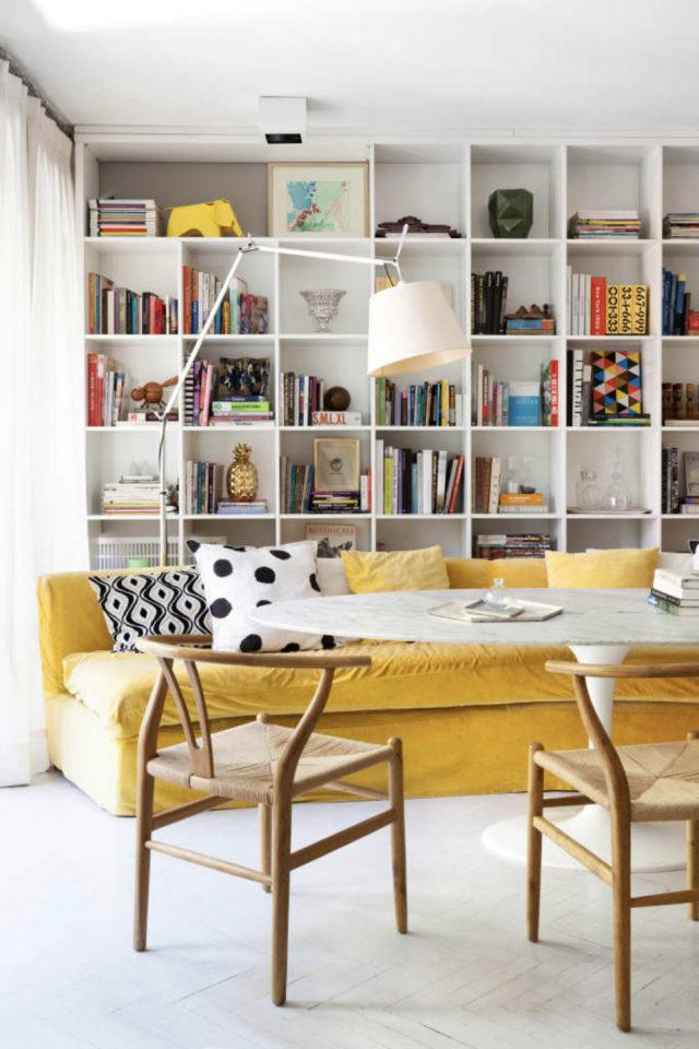 style mid century decoration couleur grand canapé jaune intérieur blanc bibliothèque murale