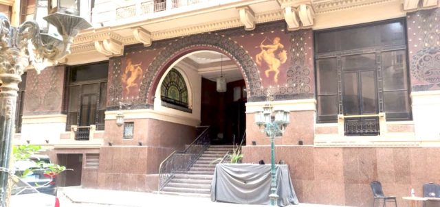 architecture patrimoine centre ville Caire façade rénovée decor greco romain