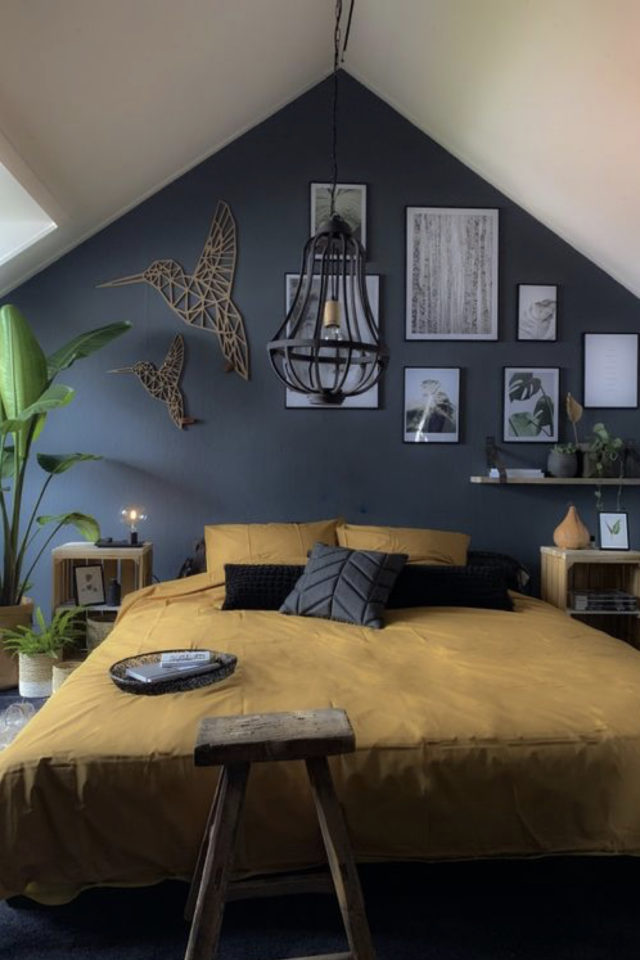 chambre combles moderne couleur exemple couleur bleue contraste linge de lit ocre jaune moutarde