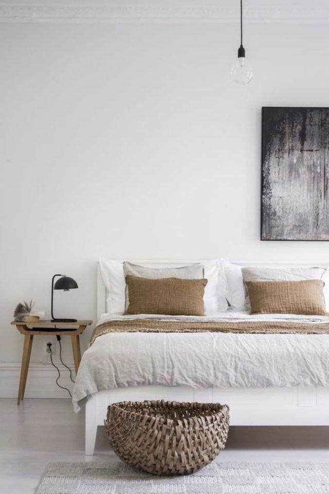 chambre deco minimaliste exemple murs blancs pointe de couleur marron camel bois petite table de chevet guéridon tabouret lampe noir