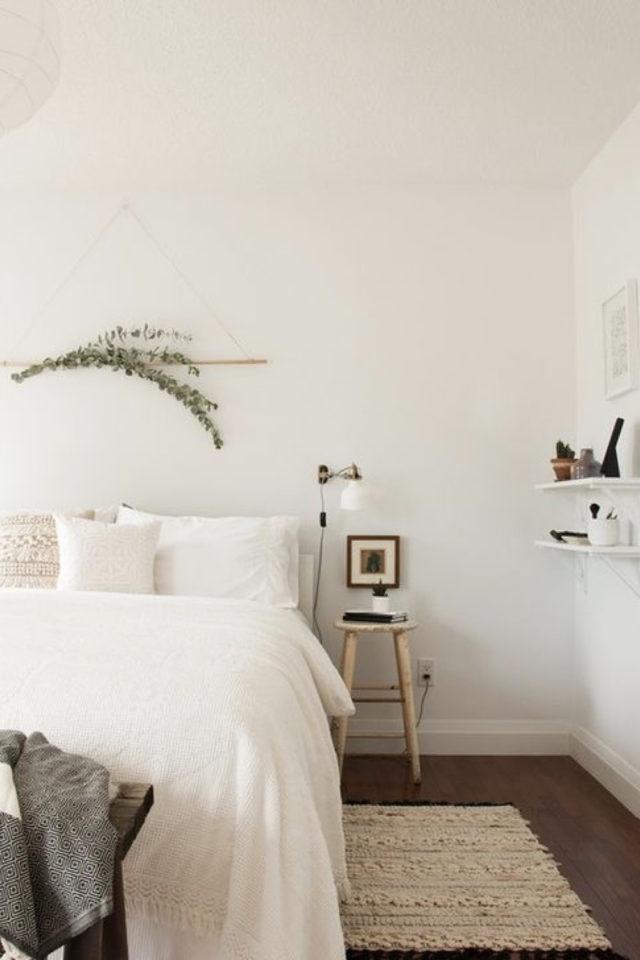 chambre deco minimaliste exemple peinture et parure de lit blanc petite décoration murale plante tabouret étagère discrete