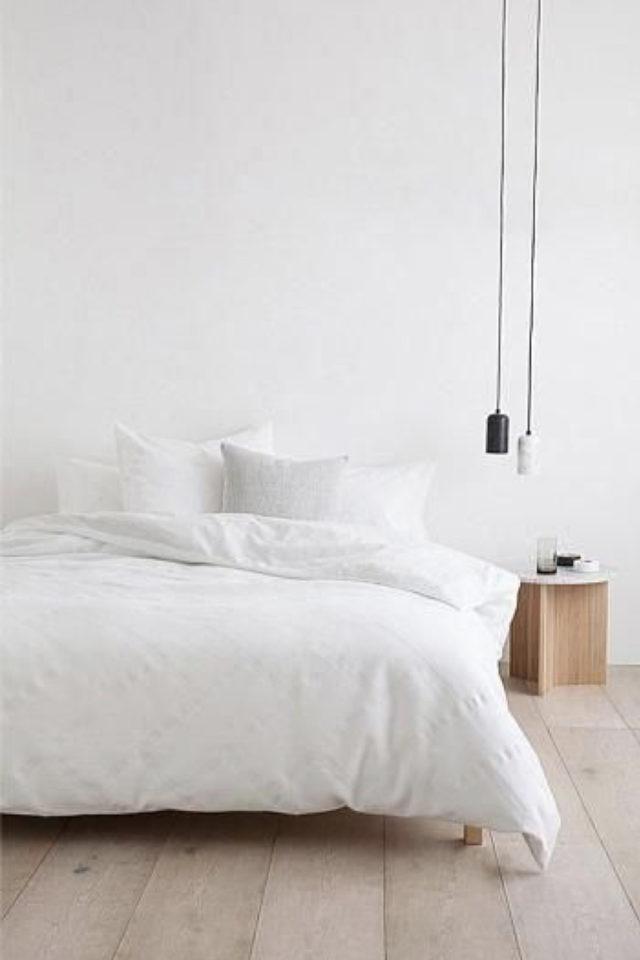 chambre deco minimaliste exemple épurée blanc avec touche de bois table de nuit cube bois brut + luminaires suspendu