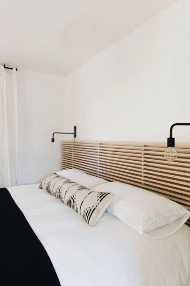 chambre deco minimaliste exemple tête de lit tasseaux de bois applique murale lampe de chevet