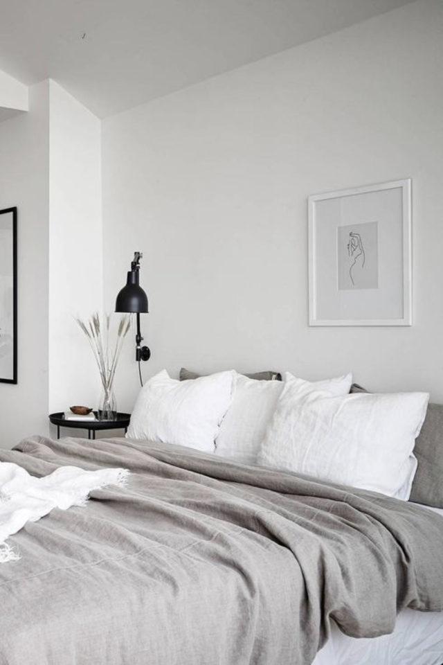 chambre deco minimaliste exemple peinture blanche linge de lit gris et blanc naturel lampe de chevet noir contraste