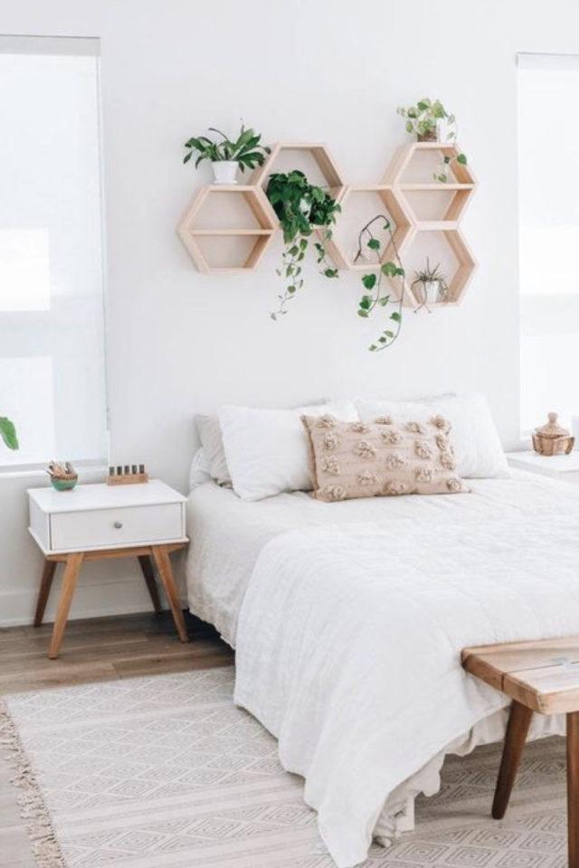 chambre lumineuse couleur exemple mur blanc linge de lit blanc étagères originales en bois ambiance nature zen
