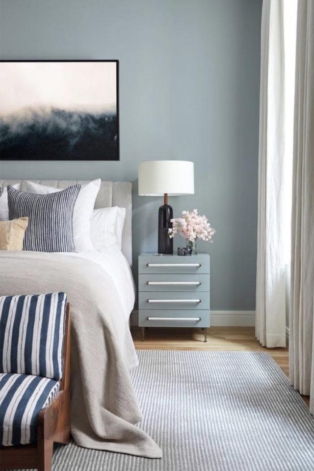 chambre lumineuse couleur exemple peinture bleue moderne linge de lit blanc et gris calme et reposant