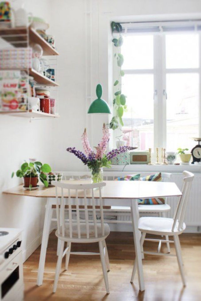coin repas exemple gain de place cuisine scandonave moderne plantes etagere murale table ovale moderne chaises bistrot blanche