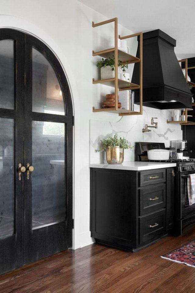 cuisine classique chic couleur exemple meuble et hotte noir
