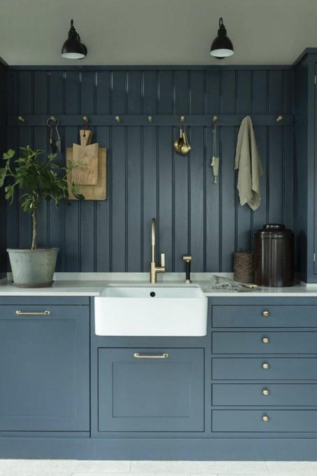 cuisine classique chic couleur exemple bleu lambris meuble
