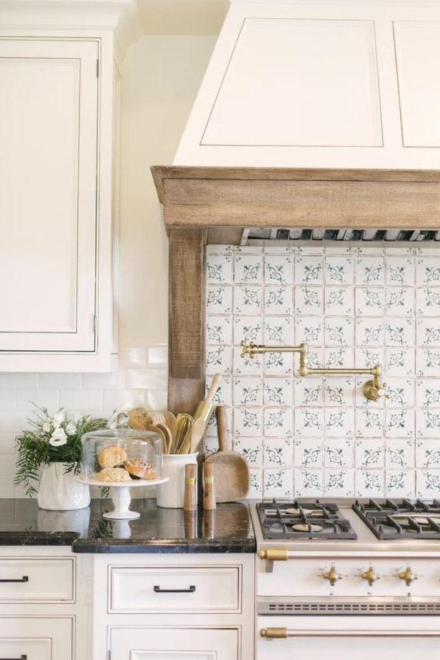 cuisine classique chic couleur exemple blanc cassé bois et carreaux de ciment habillage hotte