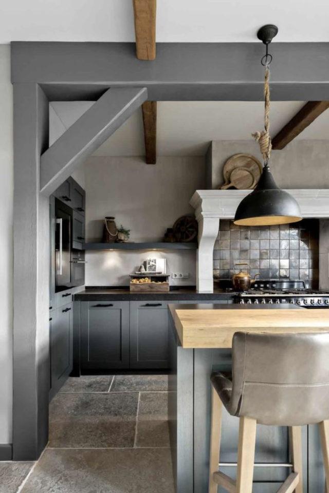 cuisine classique chic couleur exemple gris médium neutre peinture poutre et façade de meuble