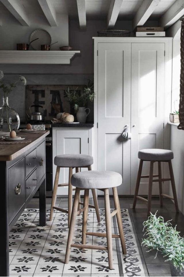 cuisine style classique chic exemple sol carreaux de ciment meuble couleur claire ilot central