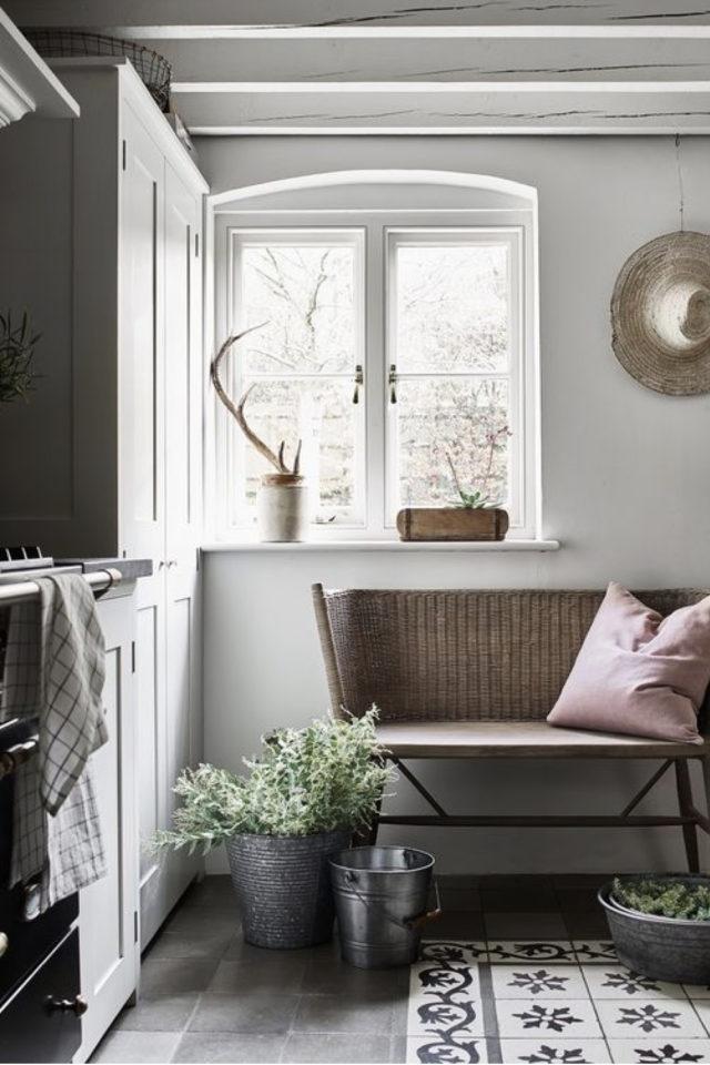 cuisine style classique chic exemple carreaux de ciment au sol fenêtre et banc en bois
