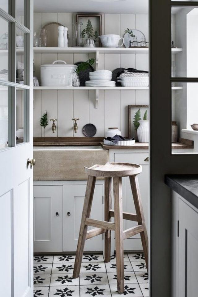 cuisine style classique chic exemple sol carreaux de ciment noir et blanc tabouret bois meuble gris ckair et porte vitrée