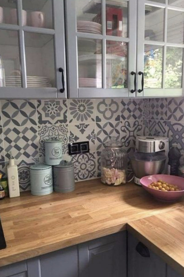 cuisine style classique chic exemple carreaux de ciment crédence