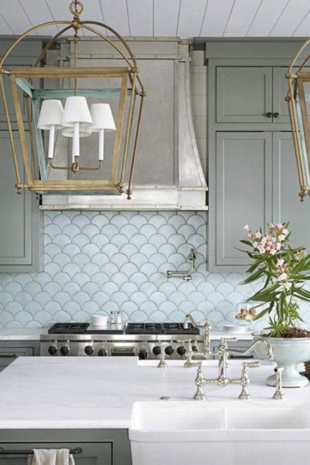 cuisine style classique chic exemple meuble couleur vert sauge crédence écaille mobilier