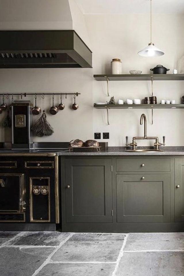 cuisine style classique chic exemple meuble vert kaki etagere murale piano de cuisine