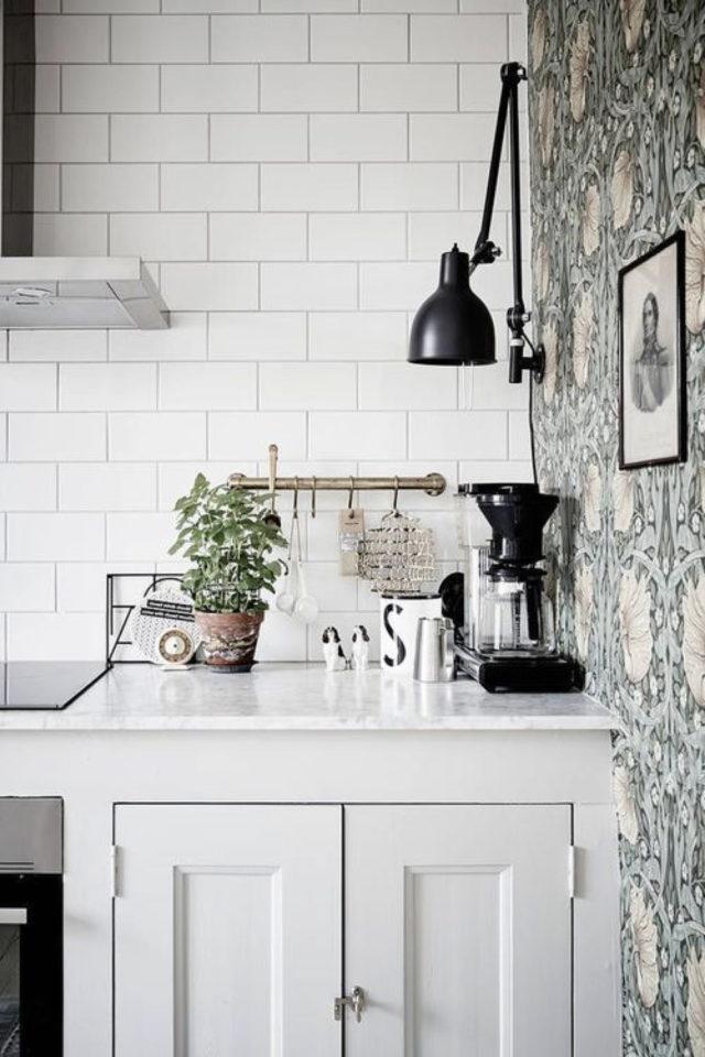 cuisine style classique chic exemple meuble clair papier peint floral ancien
