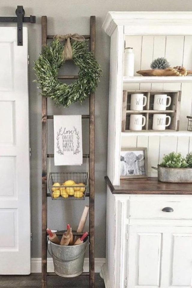 cuisine style farmhouse exemple classique détail déco échelle bois étagère