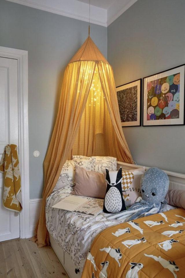 deco chambre enfant ciel de lit exemple ciel de lit ocre guirlande lumineuse murs gris linge de lit assorti ambiance moderne et mixte