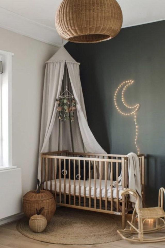 deco chambre enfant ciel de lit exemple lit bébé en bois murs peinture gris foncé ciel de lit beige grisé clair ambiance neutre et douce