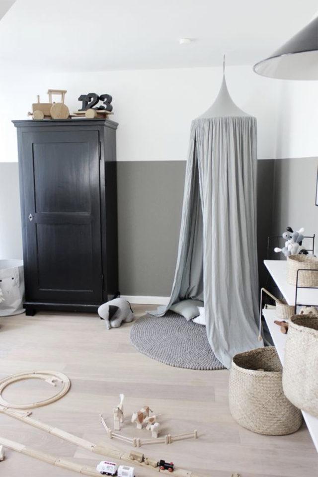 deco chambre enfant ciel de lit exemple espace jeu tapis rond gris parquet bois clair mur gris et blanc soubassement armoire parisienne foncée ambiance neutre et douce