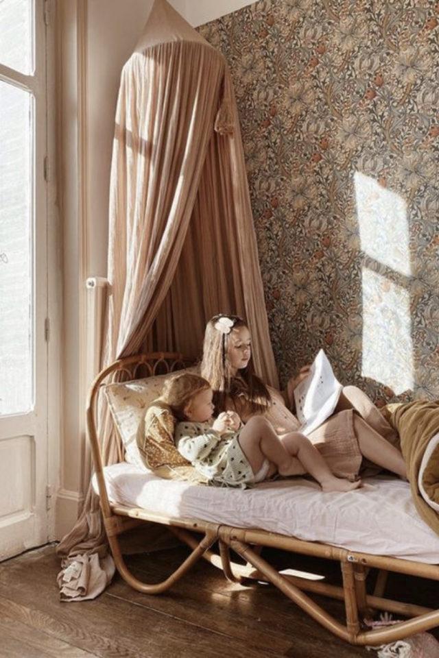 deco chambre enfant ciel de lit exemple rose murs papier peint floral lit en rotin ambiance classique chic tendance