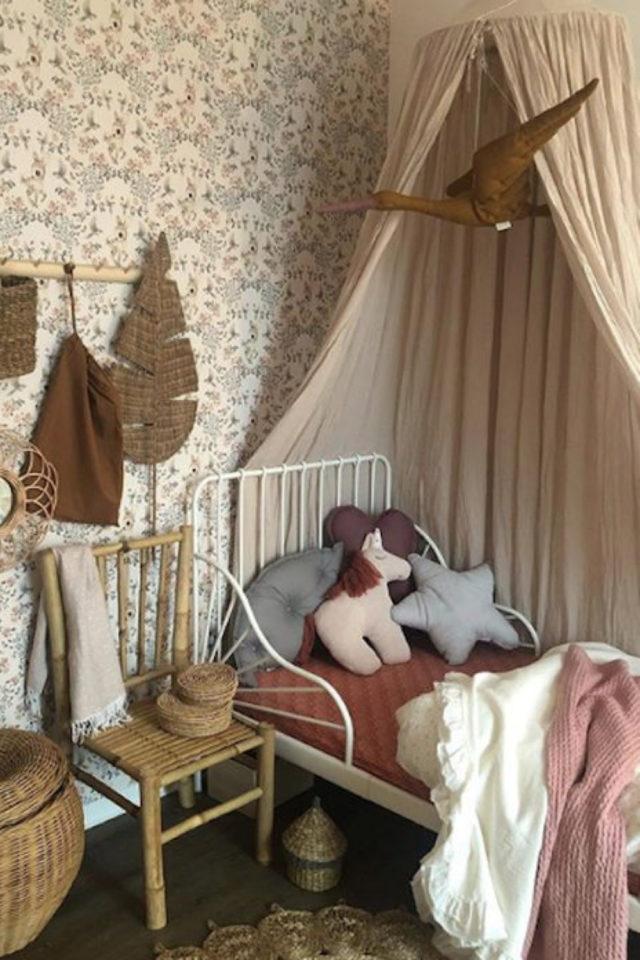 deco chambre enfant ciel de lit exemple papier peint floral nature classique beige lit métal vintage ambiance chambre fille tendance