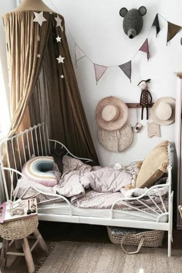 deco chambre enfant ciel de lit exemple petite chambre fille lit métal blanc décoration simple