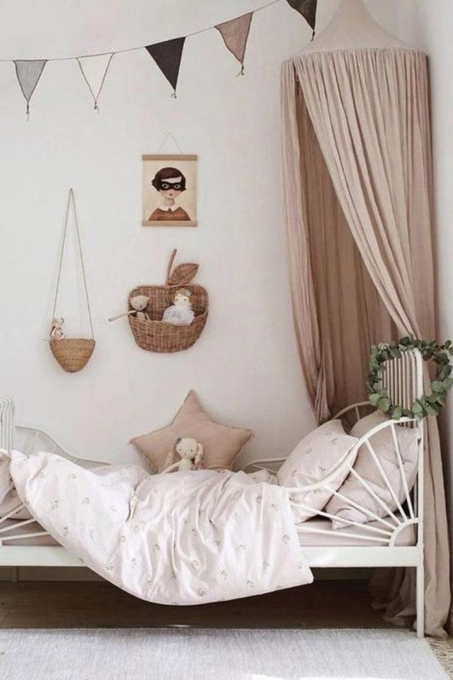 deco chambre enfant ciel de lit exemple blanc et rose décoration murale simple ambiance reposante et petite fille