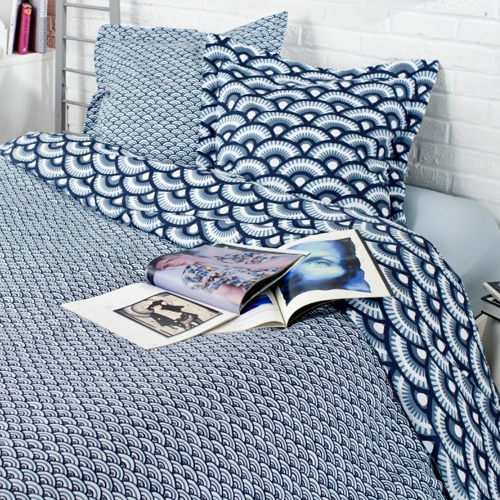 deco meuble chambre etudiant parure de lit bleue motifs modernes