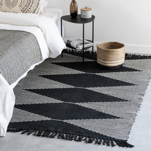 deco minimaliste chambre pas cher tapis descente de lit noir et gris moderne