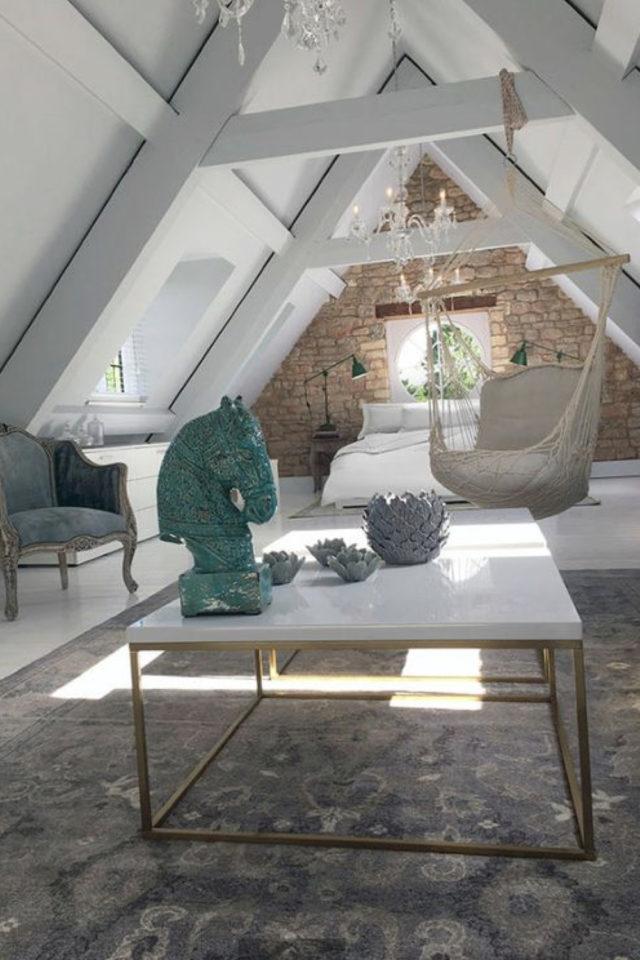 deco moderne chambre mansarde exemple suite parentale grand espace grande hauteur fauteuil suspendu