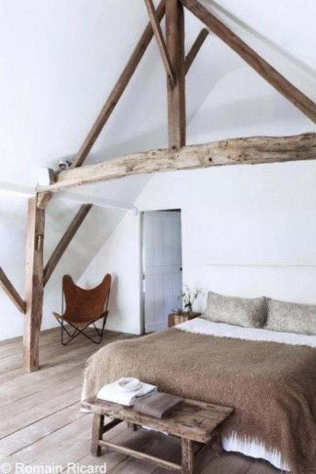 deco moderne chambre mansarde exemple bois charpente atmosphère épurée et cosy