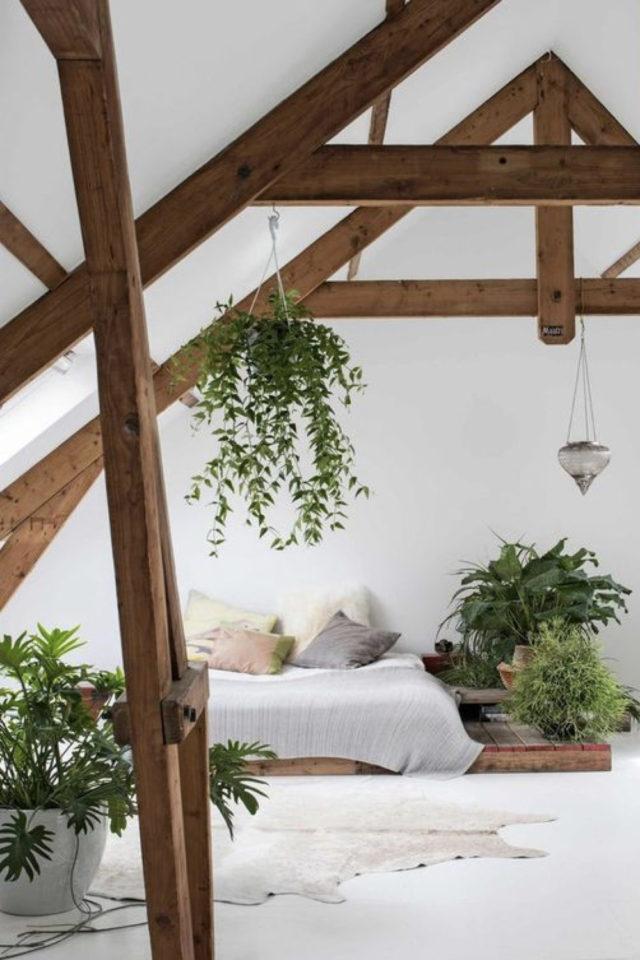 deco moderne chambre mansarde exemple plante charpente lit au sol murs blancs