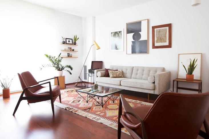 deco murale inspiration mid century salon séjour canapé gros fauteuil vintage tapis mur blanc et cadres