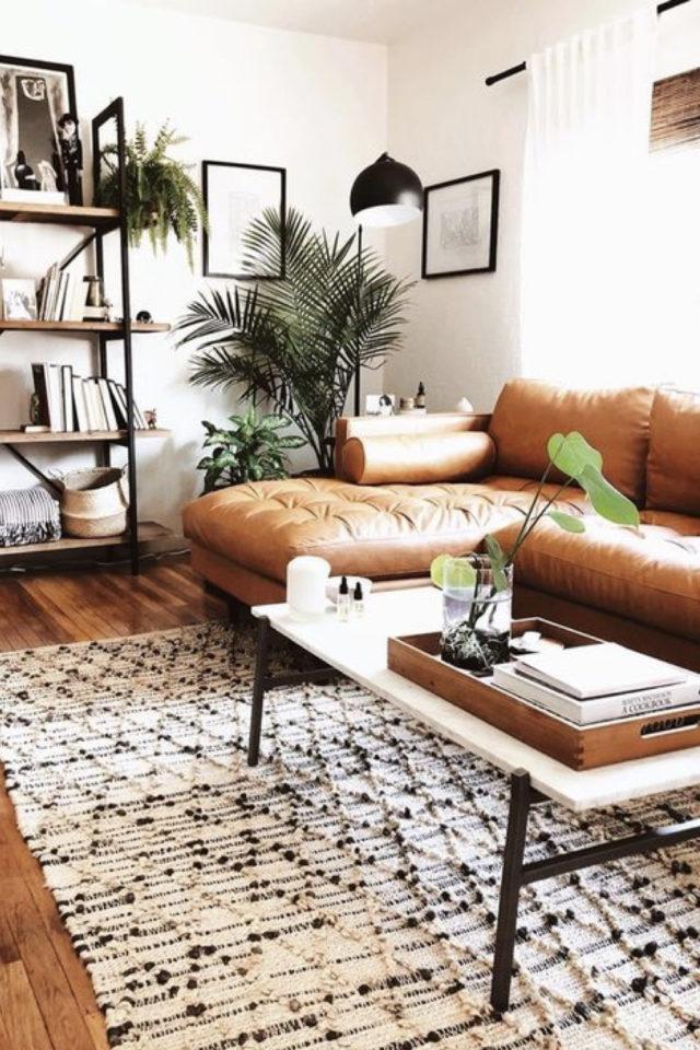 decoration canape cuir angle exemple bibliothèque étagère métal et bois tapis berbère table basse rectangulaire