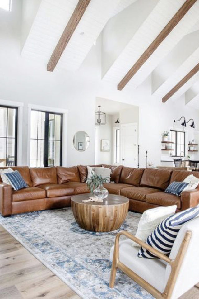 decoration canape cuir angle exemple tapis ancien bleu et blanc souche arbre table basse grande hauteur sous plafond